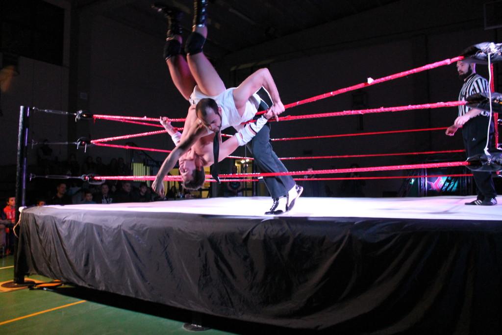 Alessandro Corleone butta fuori dal ring Jari Siberia in un duello tra titani