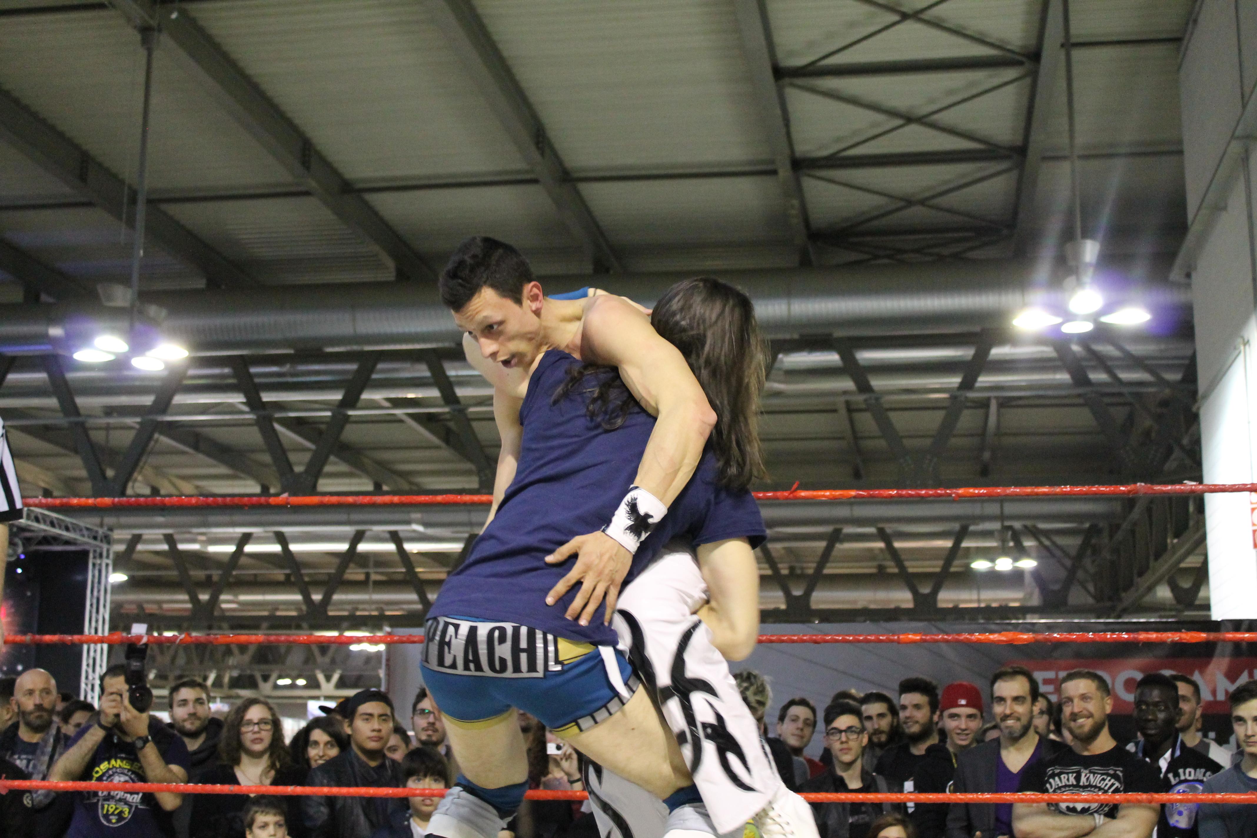 Il Campione dei Pesi Leggeri, Max Peach, mantiene la sua cintura contro uno stoico Picchio Rosso, che si è dovuto arrendere dopo un colpo basso non visto dall'arbitro