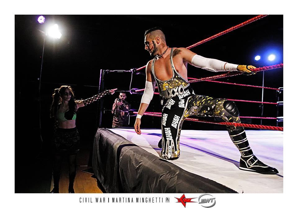 """""""Il Clown Paxxo"""" jester è riuscito a trionfare in uno spettacolare Main Event contro il """"Maschio Alfa"""" Lupo ottenendo un'ovazione dalla folla presente"""