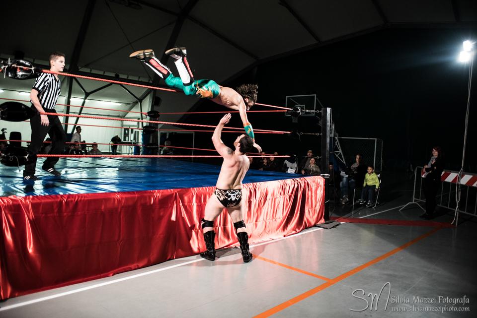 Il match tra Alex Flash e Tempesta viene interrotto bruscamente dai Latin Lovers, attuali campioni di coppia