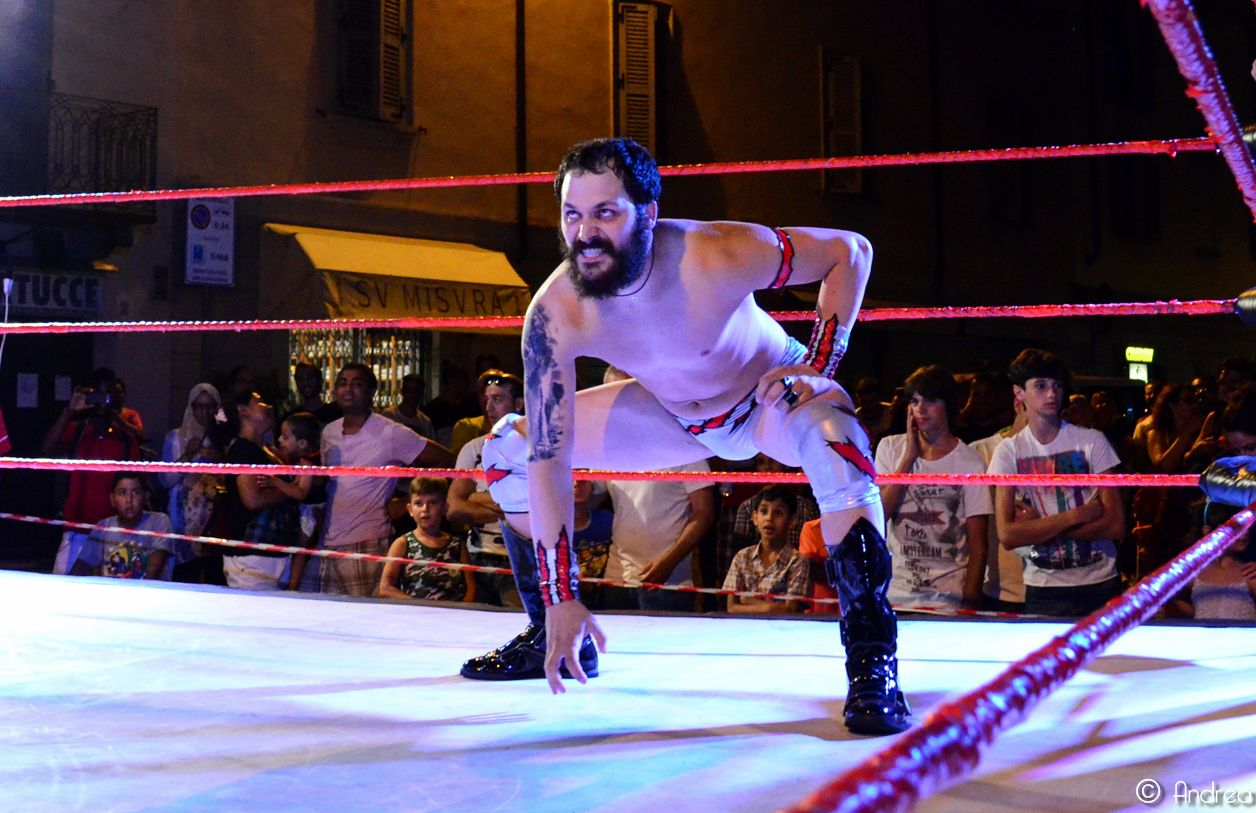 Lupo, come veterano del ring, sa bene come annientare i suoi avversari, sia che sia con delle mosse d'impatto, sia con dolorosissime sottomissioni