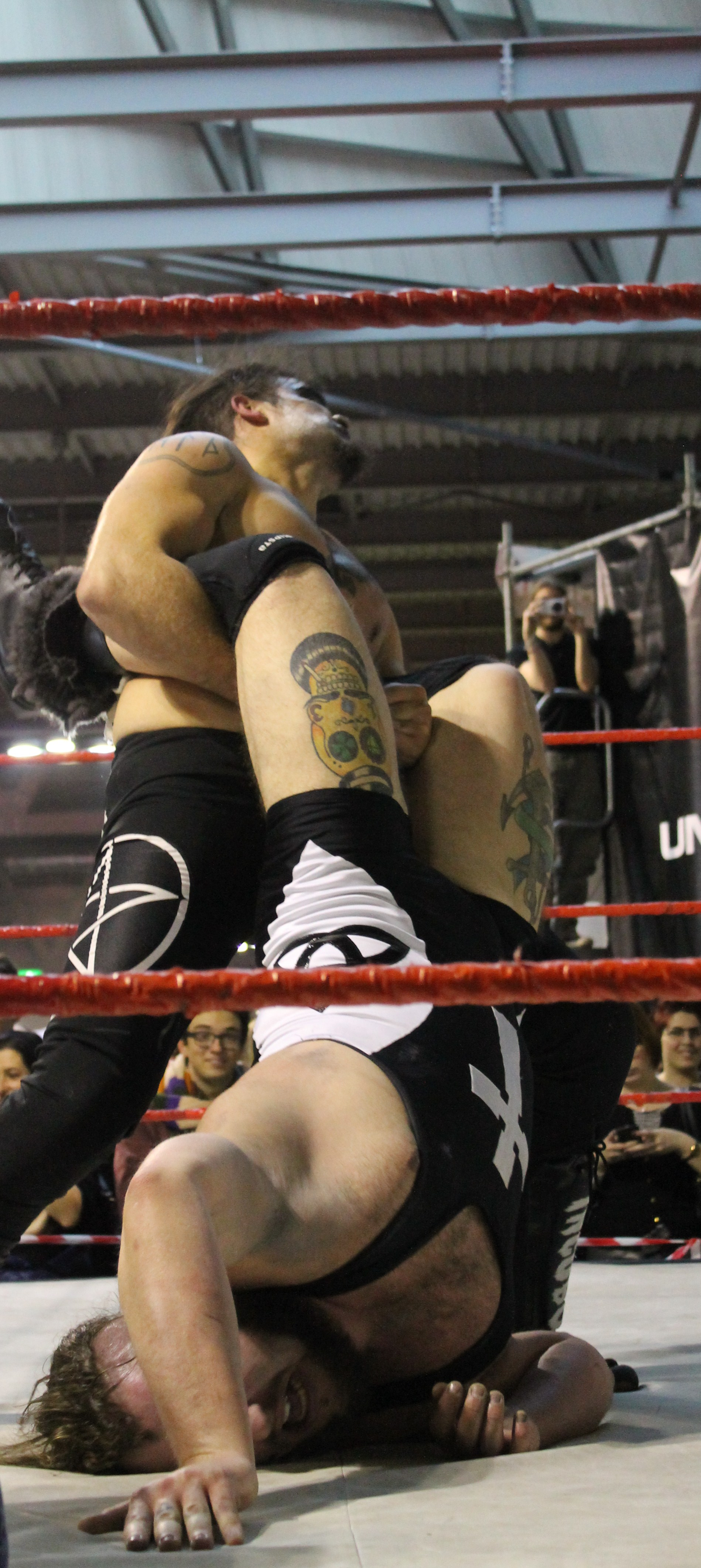 Sfruttando una distrazione dell'arbitro ed un colpo scorretto, Incubo riesce ad aggiudicarsi il suo match